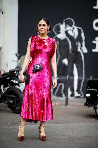 Comment porter: robe midi pailletée fuchsia, escarpins en satin marron clair, pochette en cuir matelassée noire, bracelet argenté