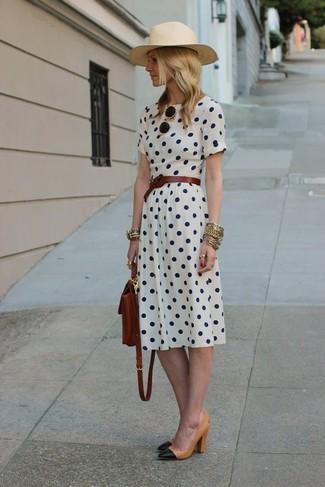 Comment porter: robe midi á pois blanche, escarpins en cuir noir et marron clair, sac à dos en cuir marron foncé, ceinture en cuir marron foncé