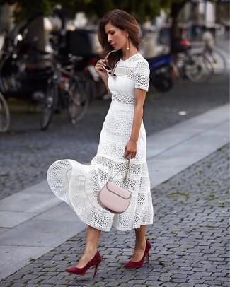 Comment porter des lunettes de soleil roses: Essaie d'associer une robe midi en broderie anglaise blanche avec des lunettes de soleil roses pour un look idéal le week-end. Cet ensemble est parfait avec une paire de des escarpins en daim bordeaux.