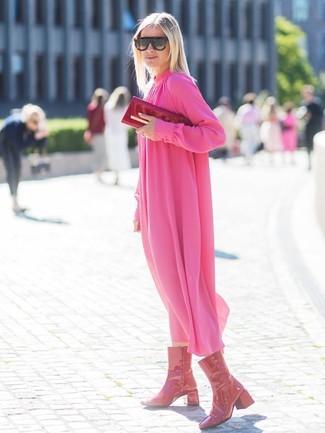 Comment porter: robe midi en chiffon plissée fuchsia, bottes mi-mollet en cuir rouges, pochette en cuir rouge, lunettes de soleil imprimées léopard marron foncé