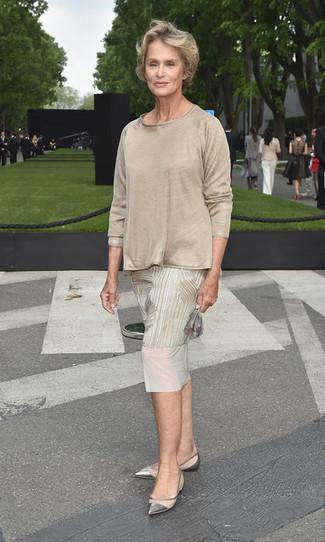 Tenue de Lauren Hutton: Robe midi imprimée beige, T-shirt à manche longue beige, Ballerines en cuir argentées