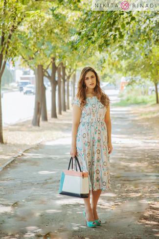 Comment porter: robe midi imprimée blanche, escarpins en cuir vert menthe, sac fourre-tout en cuir multicolore