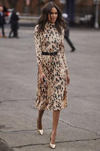 Comment porter: robe midi imprimée léopard beige, escarpins en cuir dorés, ceinture serre-taille en cuir noire