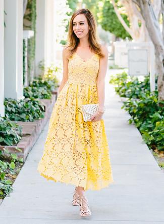 Comment porter: robe midi en crochet jaune, sandales spartiates en cuir beiges, pochette en crochet blanche, bracelet doré