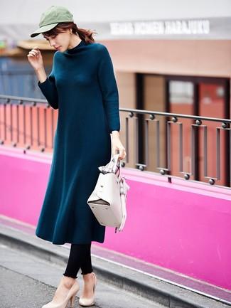 Comment porter: robe midi en laine bleu canard, leggings noirs, escarpins en cuir beiges, cartable en cuir blanc