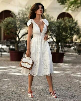 Comment porter un cartable en cuir blanc: Pense à associer une robe midi blanche avec un cartable en cuir blanc pour une impression décontractée. D'une humeur créatrice? Assortis ta tenue avec une paire de des mules en cuir blanches.