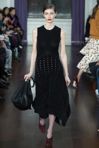 Comment porter: robe midi en tricot noire, escarpins en daim bordeaux, sac fourre-tout en cuir noir, collants résille bordeaux