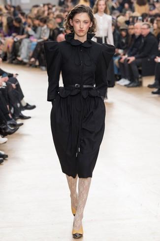 Comment porter: robe midi en laine noire, escarpins en cuir moutarde, ceinture serre-taille en cuir noire, collants en dentelle blancs