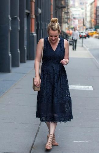 Comment porter: robe midi en dentelle noire, sandales spartiates en cuir beiges, sac bandoulière en cuir marron clair, montre dorée