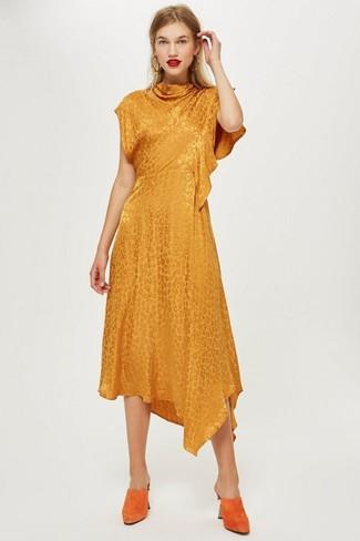 Comment porter: robe midi orange, mules en daim orange, boucles d'oreilles dorées