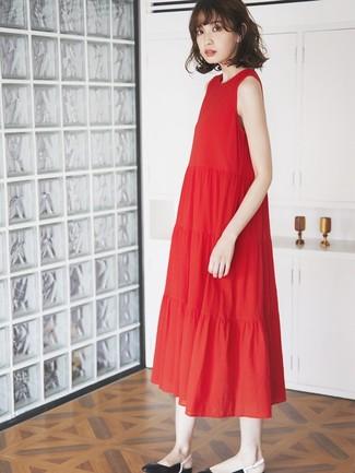 Comment porter: robe midi plissée rouge, ballerines en cuir noires