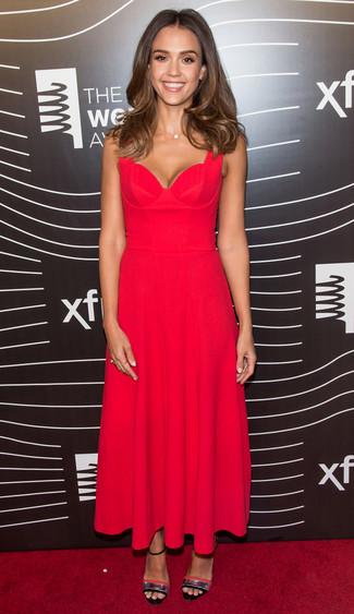 Tenue de Jessica Alba: Robe midi plissée rouge, Sandales à talons en cuir argentées