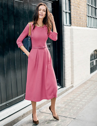 Comment porter: robe midi rose, ballerines en daim imprimées léopard marron, sac fourre-tout en cuir bleu marine, collier doré