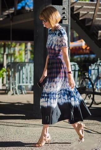 Comment porter: robe midi imprimé tie-dye bleu marine, sandales à talons en cuir marron clair, lunettes de soleil noires, collier doré