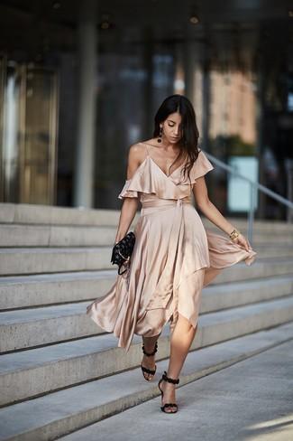 Comment porter: robe midi en soie beige, sandales à talons en daim noires, sac bandoulière en cuir à étoiles noir, montre dorée