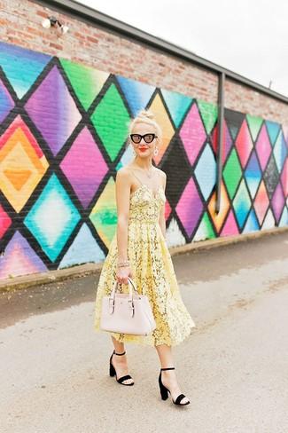 Comment porter: robe midi en crochet jaune, sandales à talons en daim noires, sac fourre-tout en cuir beige, lunettes de soleil noires