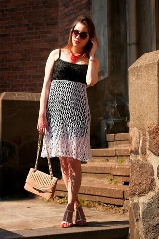 Comment porter: robe midi en crochet noire et blanche, sandales plates en cuir blanches, sac bandoulière en cuir rose, lunettes de soleil ornées noires