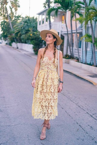 Comment porter: robe midi en crochet jaune, sandales spartiates en daim beiges, sac bandoulière en cuir beige, chapeau de paille marron clair