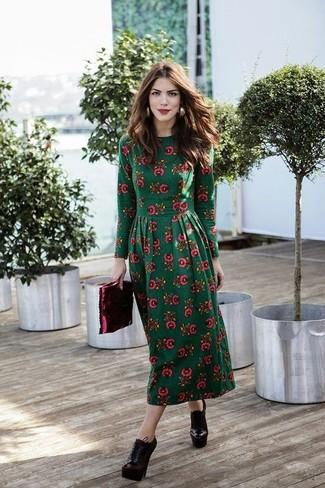 Comment porter: robe midi à fleurs vert foncé, bottines à lacets en cuir bordeaux, pochette en cuir bordeaux, boucles d'oreilles dorées