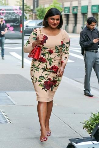 Comment porter: robe moulante à fleurs beige, sandales à talons en cuir rouges, sac bandoulière en cuir rouge