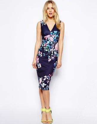 Comment porter: robe moulante à fleurs bleu marine, sandales à talons en cuir jaunes