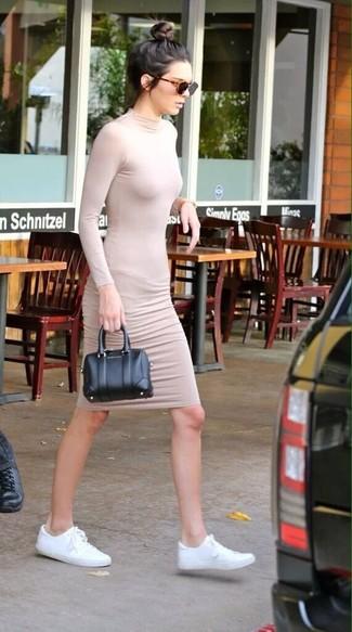 Tenue de Kendall Jenner: Robe moulante beige, Baskets basses en toile blanches, Sac à main en cuir noir