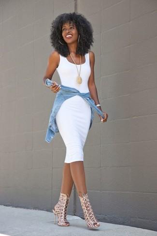 Comment porter: robe moulante blanche, chemise en jean bleu clair, sandales spartiates en cuir beiges, pendentif doré
