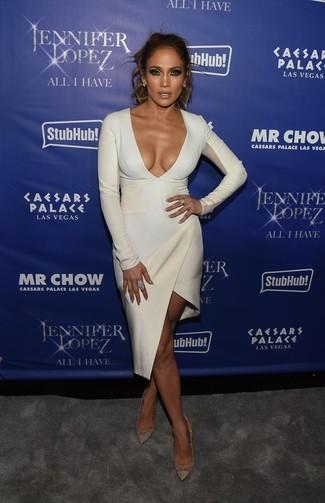Tenue de Jennifer Lopez: Robe moulante blanche, Escarpins en cuir dorés, Boucles d'oreilles bleu clair, Bague bleu clair
