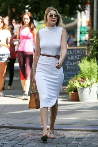 Comment porter: robe moulante blanche, tongs en cuir imprimées serpent beiges, sac fourre-tout en cuir marron clair, ceinture en cuir marron