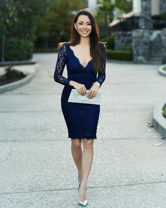 Comment porter: robe moulante en dentelle bleu marine, escarpins en cuir argentés, pochette en cuir blanche, bracelet argenté