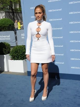 Tenue de Jennifer Lopez: Robe moulante découpée blanche, Escarpins en cuir blancs