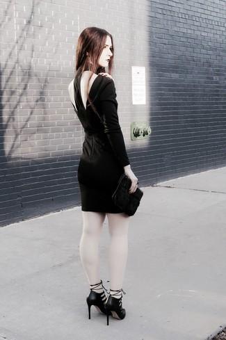 Comment porter: robe moulante découpée noire, escarpins en cuir découpés noirs, pochette en fourrure noire