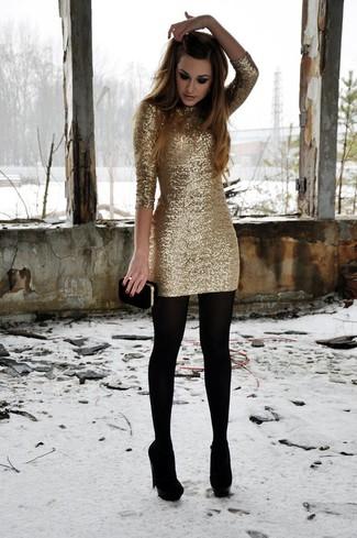 Comment porter: robe moulante pailletée dorée, escarpins en daim noirs, pochette en daim noire, collants en laine noirs