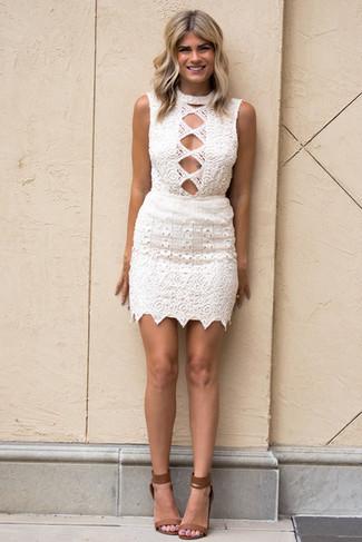 Comment porter: robe moulante en crochet blanche, sandales à talons en cuir marron