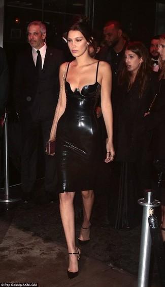 Comment porter: robe moulante en cuir noire, escarpins en cuir noirs, pochette en cuir dorée