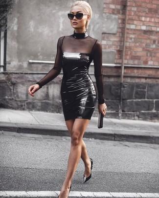 Comment porter une pochette en cuir à clous noire: Opte pour une robe moulante en cuir noire avec une pochette en cuir à clous noire pour créer un look génial et idéal le week-end. Une paire de des escarpins en cuir noirs est une option judicieux pour complèter cette tenue.