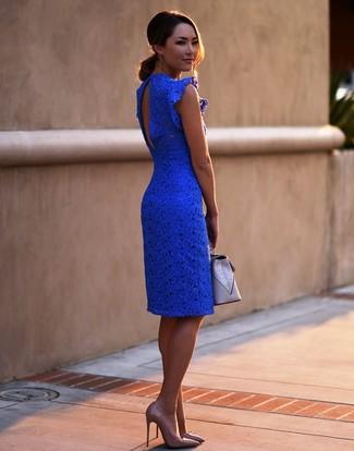 Comment porter: robe moulante en dentelle bleue, escarpins en cuir marron clair, pochette en cuir grise
