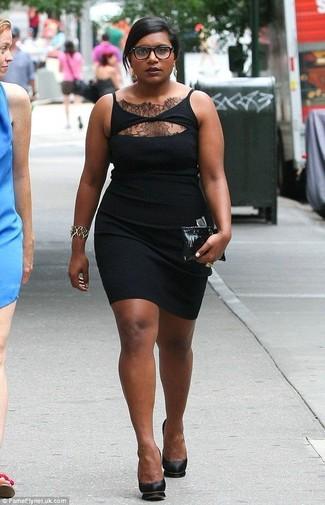 Comment porter: robe moulante en dentelle noire, escarpins en cuir noirs, pochette en cuir noire, bracelet doré