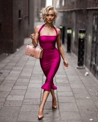 Comment porter: robe moulante fuchsia, escarpins en cuir beiges, sac bandoulière en cuir matelassé rose, boucles d'oreilles dorées