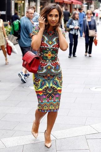 Comment porter: robe moulante imprimée multicolore, escarpins en cuir beiges, sac bandoulière en cuir matelassé rouge
