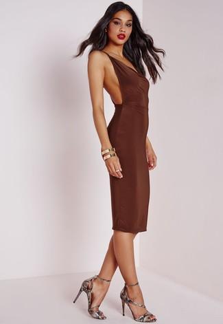 Comment porter des sandales à talons en cuir imprimées serpent grises: Opte pour une robe moulante marron foncé pour créer un style chic et glamour. Une paire de des sandales à talons en cuir imprimées serpent grises s'intégrera de manière fluide à une grande variété de tenues.