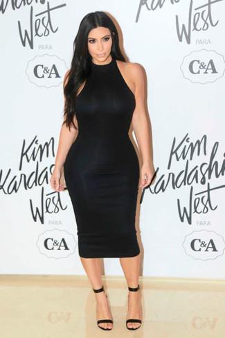 Tenue de Kim Kardashian: Robe moulante noire, Sandales à talons en cuir noires