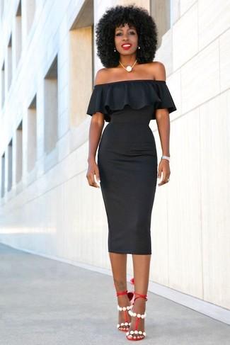 Comment porter: robe moulante noire, sandales à talons en cuir rouges, collier de perles blanc