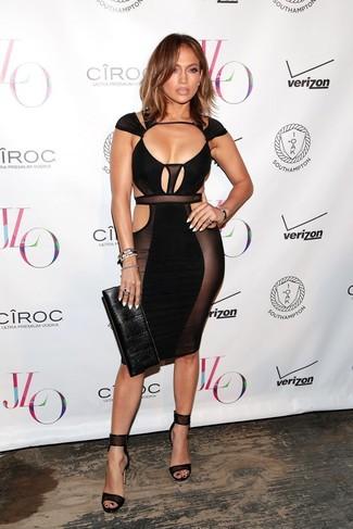Tenue de Jennifer Lopez: Robe moulante découpée noire, Sandales à talons en cuir noires, Pochette en cuir noire, Bracelet noir