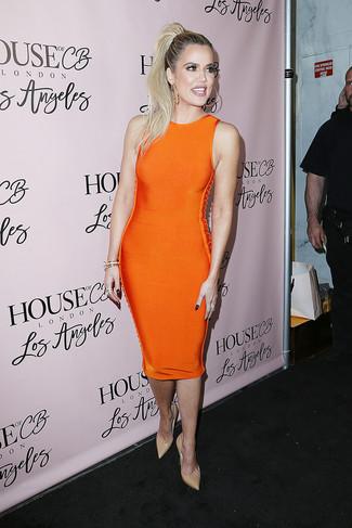 Porte une robe moulante orange pour affronter sans effort les défis que la journée te réserve. Une paire de des escarpins en cuir beiges Gucci ajoutera de l'élégance à un look simple.