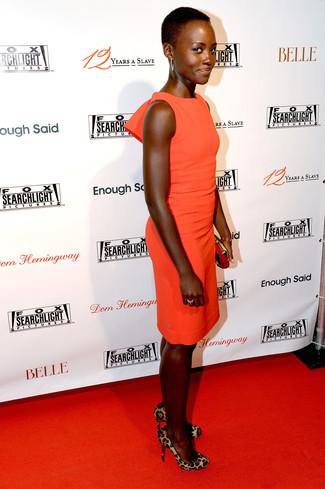 Comment porter: robe moulante orange, escarpins en poils de veau imprimés léopard marron clair, pochette en daim rouge, bracelet doré