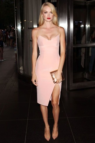 Comment porter: robe moulante rose, escarpins en cuir beiges, pochette en cuir dorée