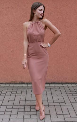 Comment porter: robe moulante rose, escarpins en daim roses, montre en cuir blanche