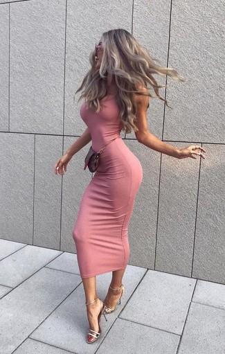 Comment porter: robe moulante rose, sandales à talons en cuir argentées, pochette en cuir marron foncé, lunettes de soleil roses