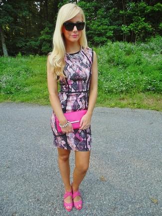 Comment porter: robe moulante imprimée serpent rose, sandales à talons en cuir fuchsia, pochette en cuir fuchsia, lunettes de soleil noires